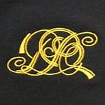 Нанесение вышивкой логотипа на футболке